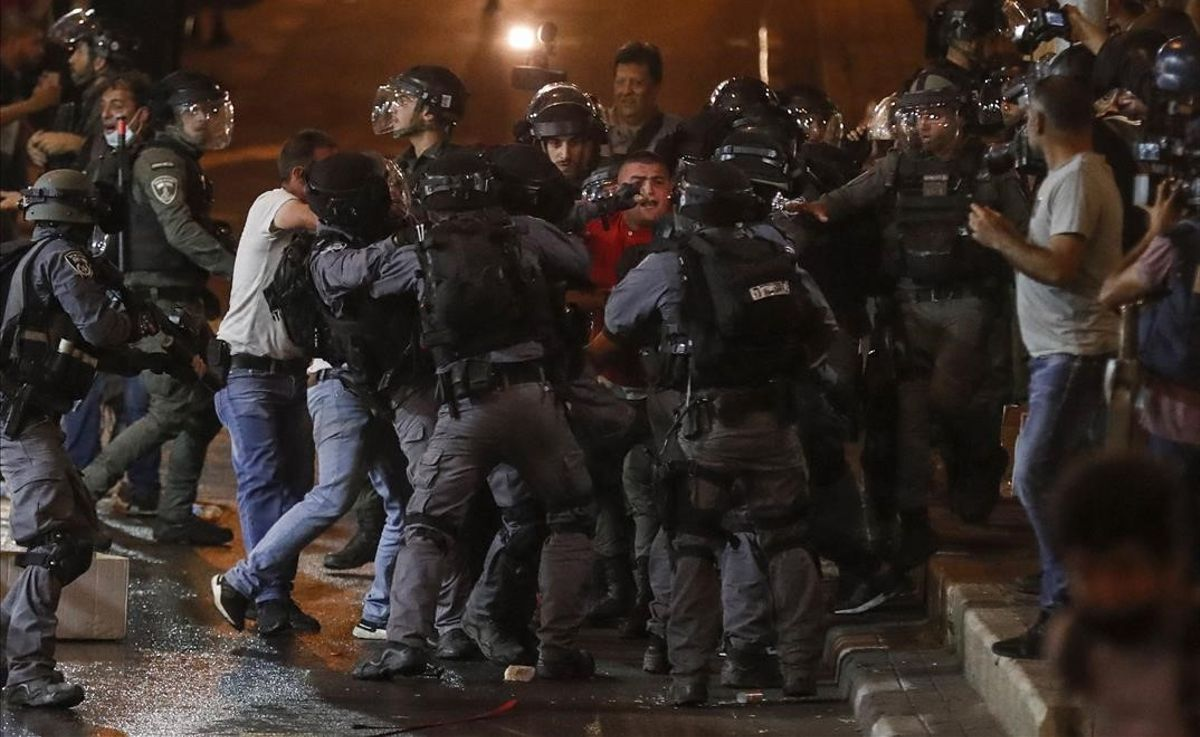 Policía israelí arresta a manifestantes palestinos durante las protestas cerca de la puerta de Damasco de Jerusalén el 9 de mayo del 2021.