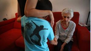 Descubren un biomarcador que alerta del inicio asintomático del alzhéimer. Lo explica el neurólogo y primer autor del estudio en el BBRC, Marc Suárez-Calvet. Enla foto, un niño visita a su abuela, aquejada de la enfermedad.