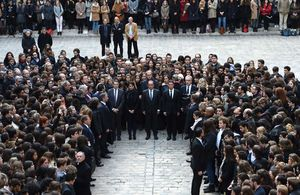 El presidente francés, Francois Hollande, y el primer ministro francés, Manuel Valls durante el minuto de silencio en la Universidad de la Sorbona en París