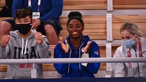 Simone BIles aplaude durante la final de gimnasia rítmica femenina en suelo.