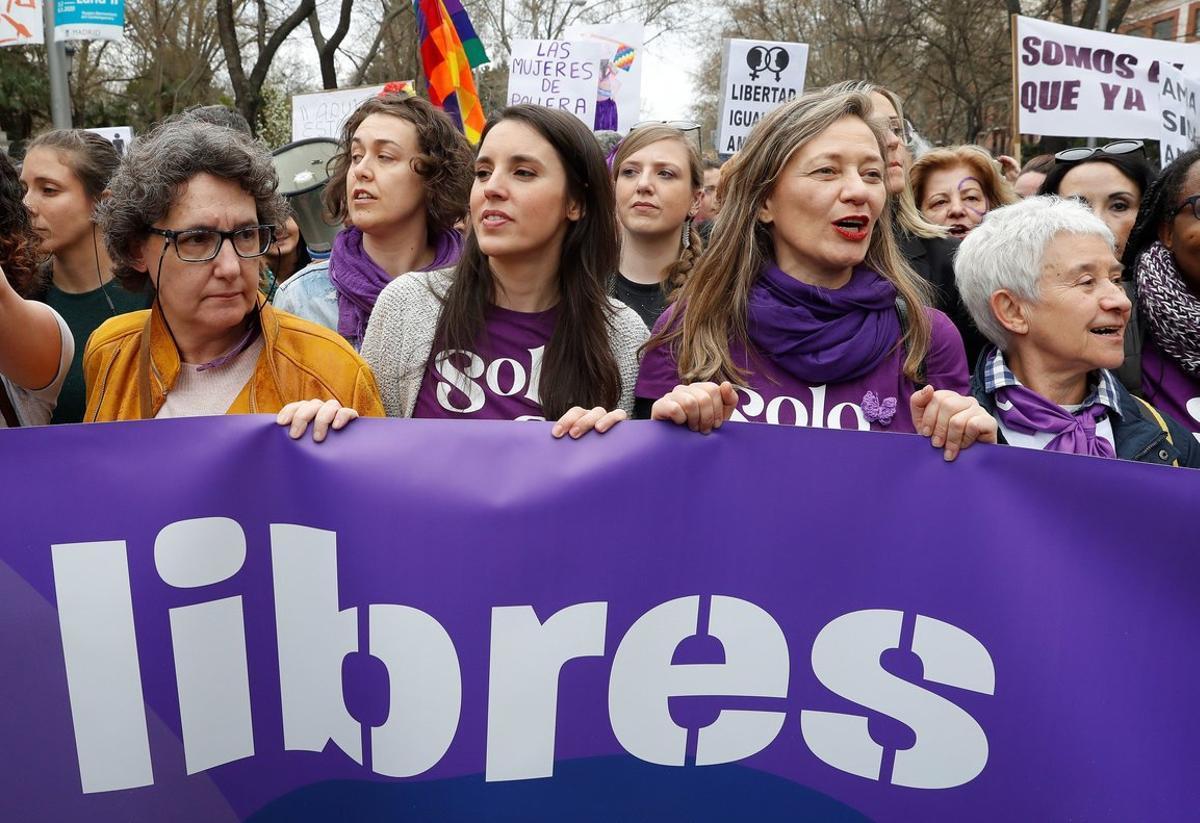 GRAF3688. MADRID, 08/03/2020.- La ministra de Igualdad, Irene Montero (2i), y la delegada del Gobierno contra la Violencia de G?nero, Victoria Rosell (2d), en la manifestaci?n por el D?a de la Mujer, este domingo en Madrid. EFE/ Ballesteros