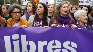 La ministra de Igualdad, Irene Montero (segunda por la izquierda), y la delegada del Gobierno contra la Violencia de Género, Victoria Rosell (segunda por la derecha), en la manifestación del Día de la Mujer, el pasado 8 de marzo en Madrid.