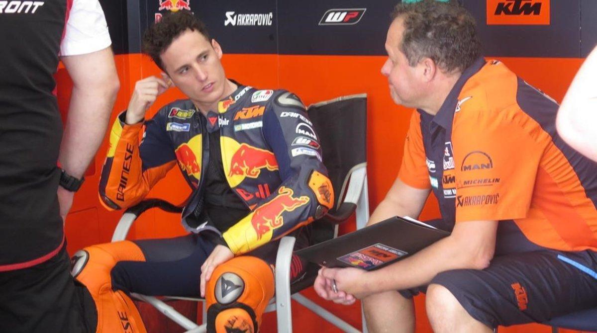 Pol Espargaró dialoga con su técnico en el boxe del equipo KTM.