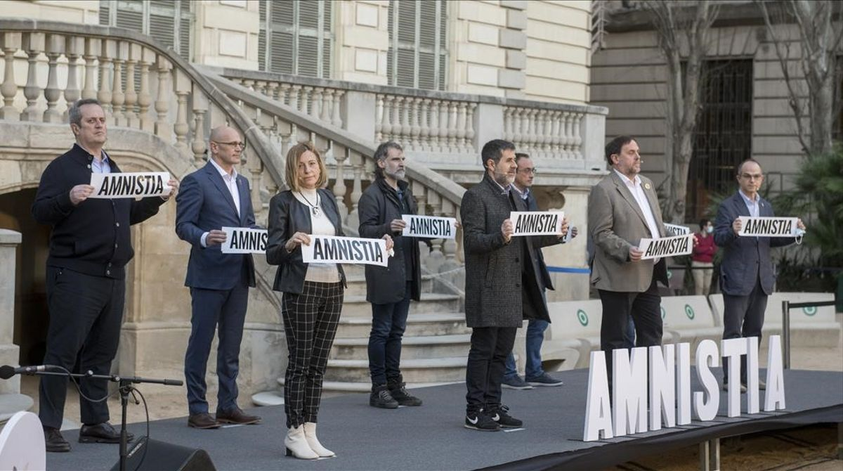 Los políticos presos Forn, Forcadell, Romeva, Sanchez, Cuixart, Junqueras, Rull, Turull y Bassa,en los jardines del Palau Robert tras leer un manifiesto en favor de la amnistía.
