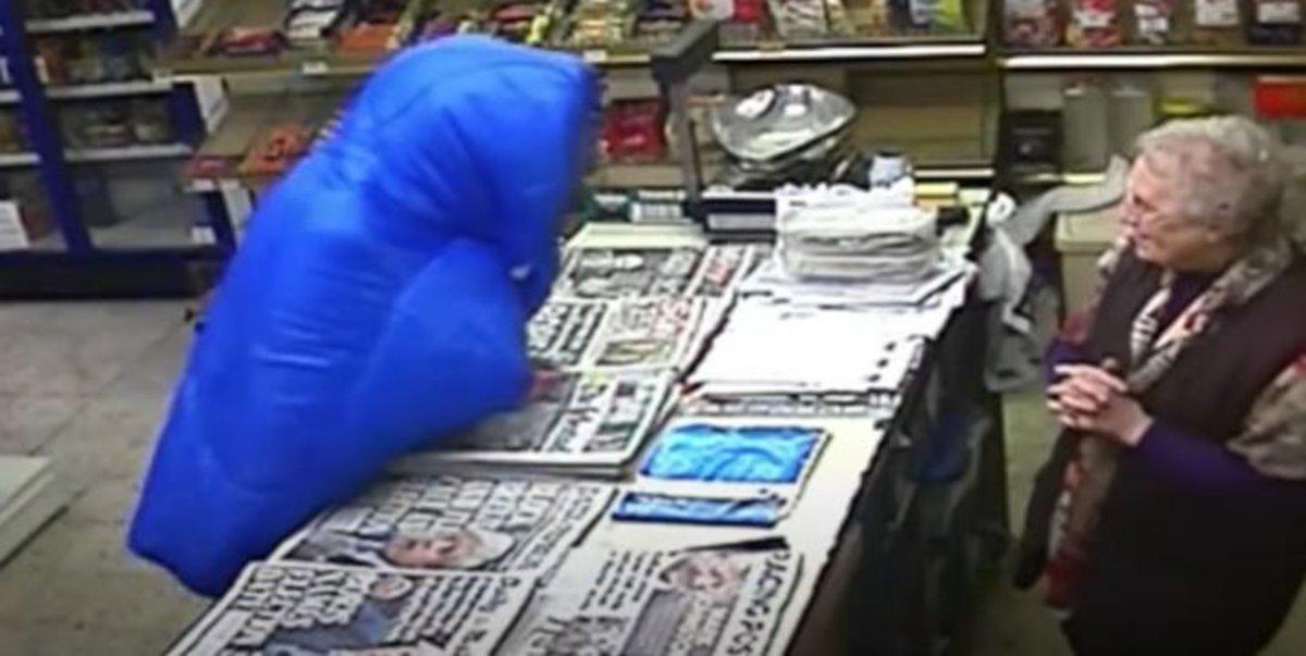 A bastonazos: así espanta una octogenaria al ladrón que quería robar en su tienda