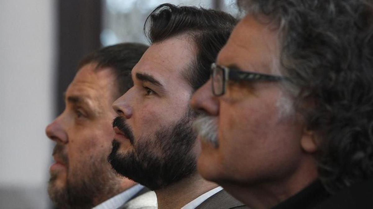 Gabriel Rufián, entre el presidente de ERC,Oriol Junqueras (izquierda),y el número dos al Congreso, Jordi Tardà (derecha), durante la presentación de la candidaturapara el 20-D.