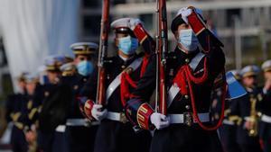 Desfile militar durante el izado solemne de la bandera de España con motivo del Día de la Constitución.