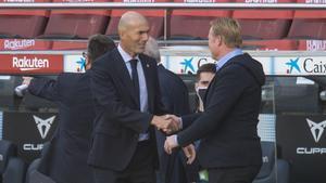 Zidane saluda a Koeman en el Camp Nou antes del clásico que ganó el Madrid (1-3) en octubre.