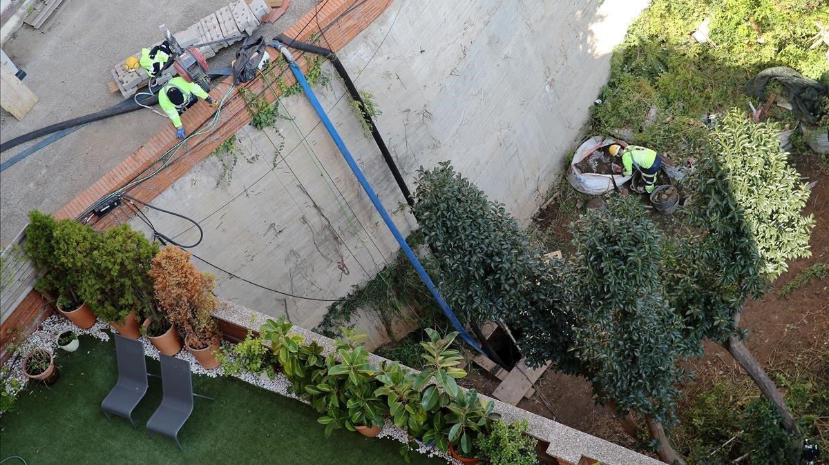 Obras en el colector situado debajo de uninterior de manzana de Les Tres Torres, esta semana