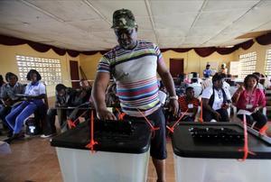 Un hombre vota en Monrovia.