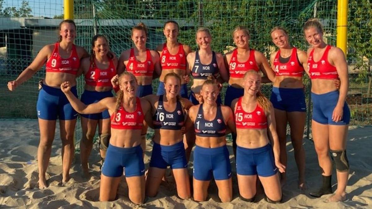 La selección Noruega de balonmano playa, con mallas.