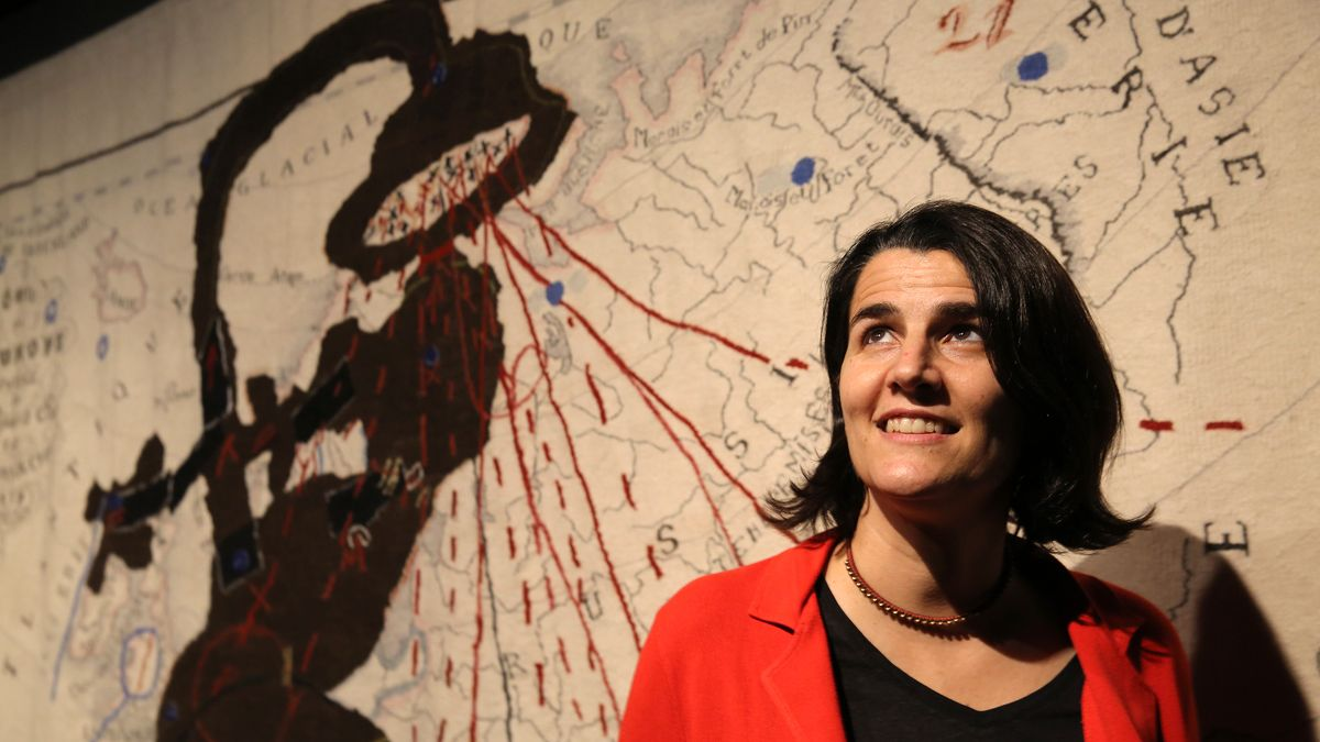 La directora del CCCB, Judit Carrera, el pasado martes frente a una obra del artista William Kentridge.