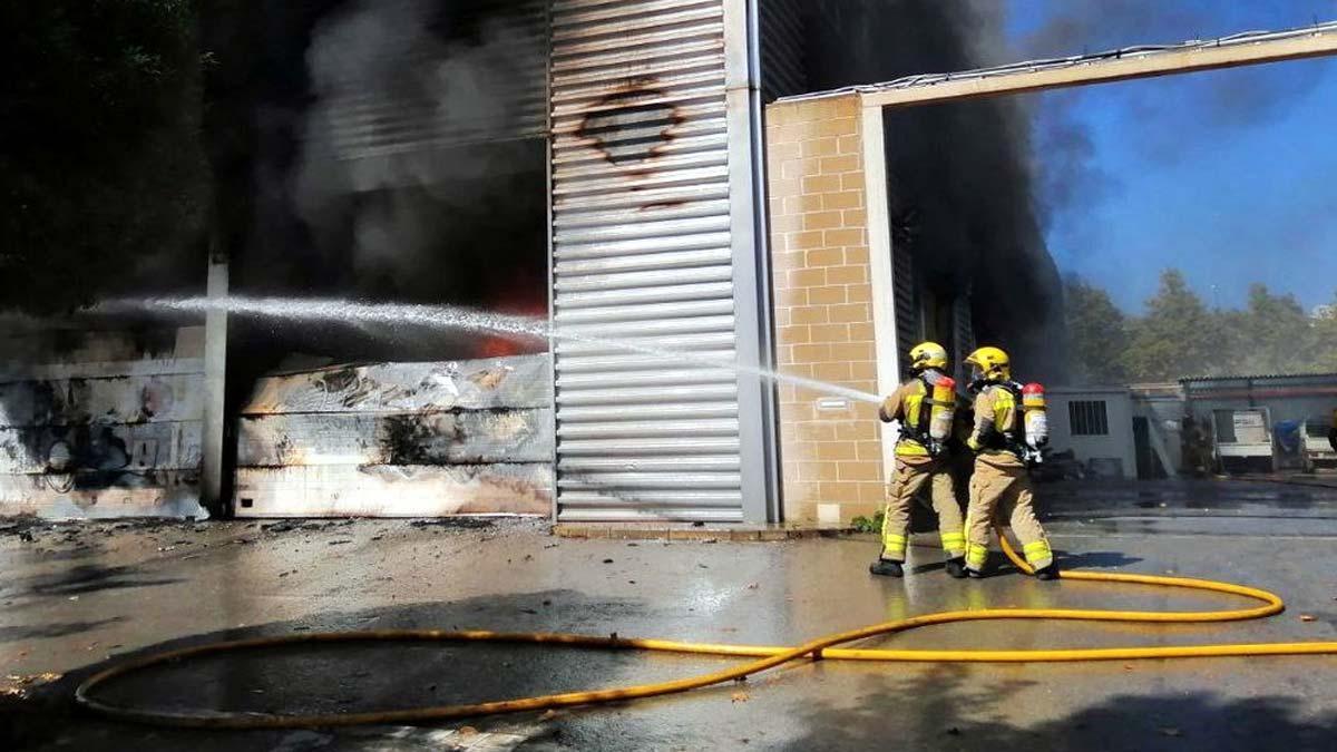 Bombers de la Generalitat trabajan en un incendio.