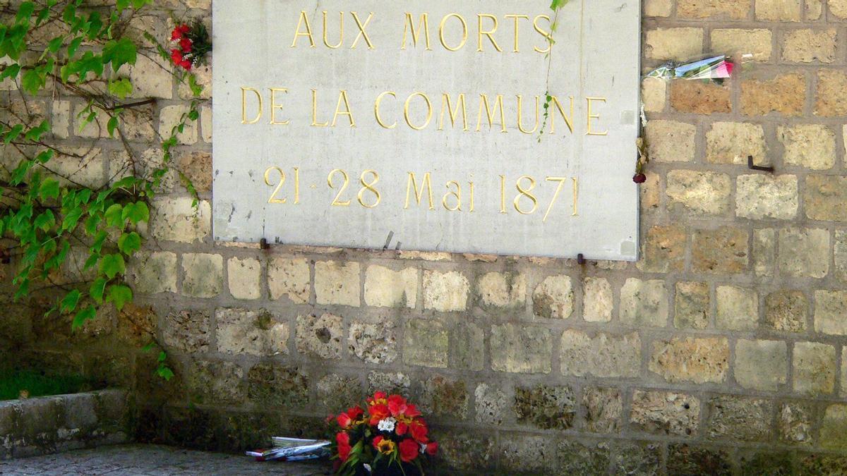 Lápida en recuerdo a los 'communards' en el cementerio de Père Lachaise.