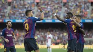 Dembélé recibe las felicitaciones de Coutinho, Messi y Suarez