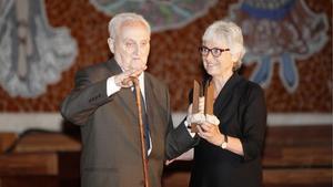 Albert Manent recibe el Premi d'Honor de les Lletres Catalanes de manos de Muriel Casals.