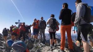 Colas este fin de semana para subir a la cima de la Pica d 'Estats, a 3.143 metros de altitud, el pico más alto de Catalunya.