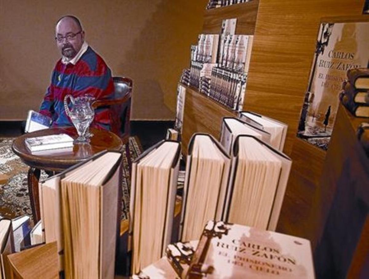 El escritor Carlos Ruiz Zafón, ayer durante la presentación de su novela en la capilla de los Àngels.