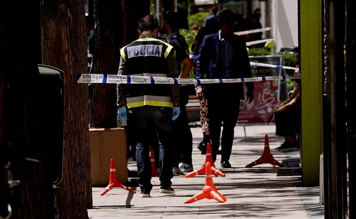 Policías inspeccionan el lugar del atraco de una joyería en Madrid.