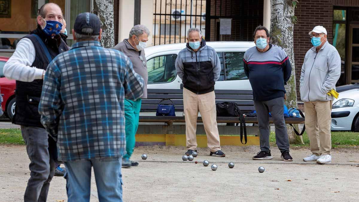 Zaragoza, Huesca y Teruel, confinadas perimetralmente. Así lo ha anunciado Javier Lambán. En la foto, un grupo de hombres juegan a la petanca en un parque de Zaragoza.