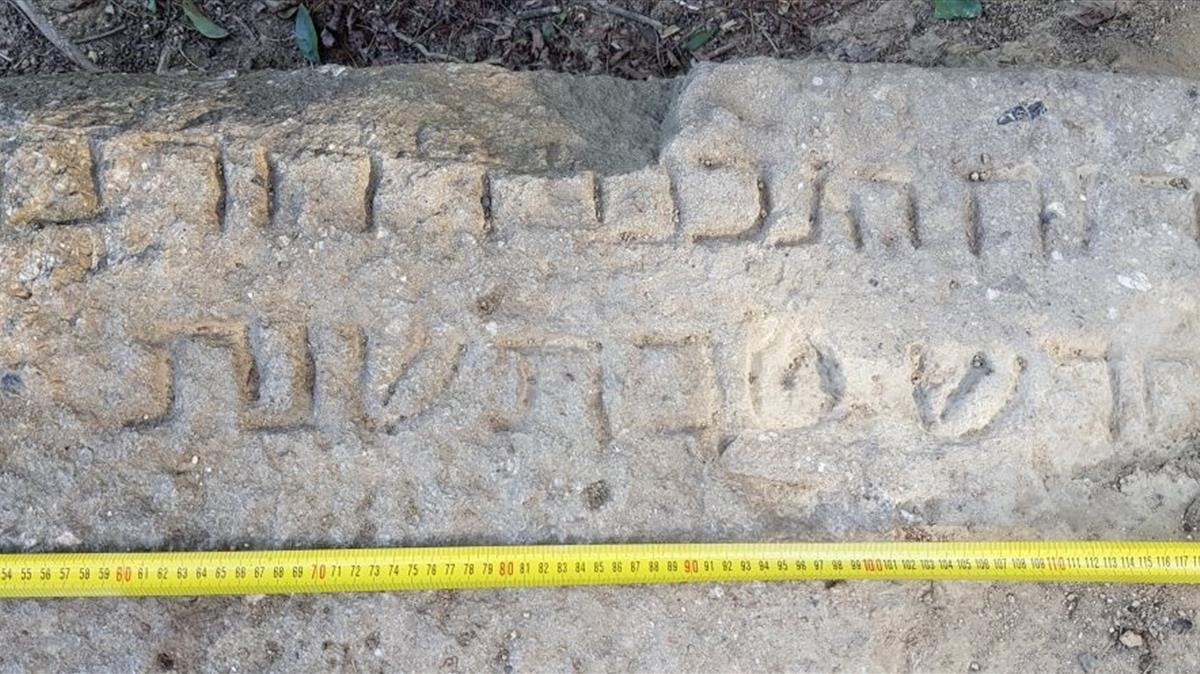 Lápida epigrafiada de la necrópolis judía de Montjuïc de los (siglos IV-XIV) que un ciudadano localizó en enero en la Avenida Miramar de Barcelona.
