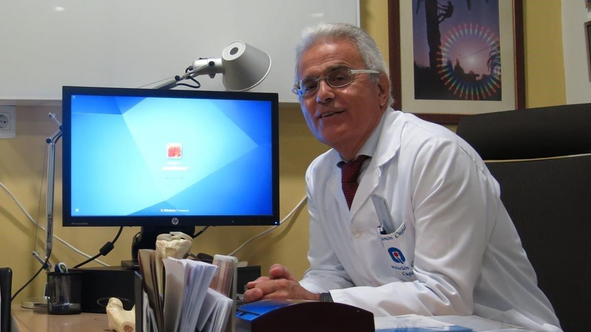 El doctor Ramon Cugat, en su despacho.