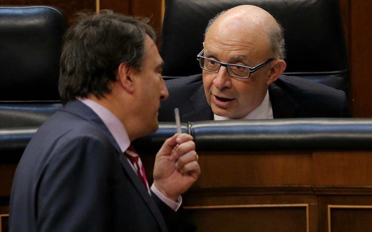Aitor Esteban y Cristóbal Montoro, este miércoles, en el Congreso.