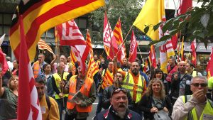 Protesta de trabajadores del sector del transporte y la logística delante del Departament de Treball.