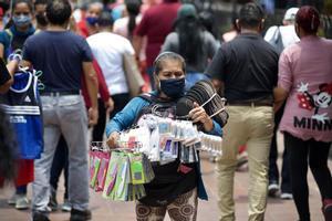 Una vendedora informal ofrece sus productos en una calle de la ciudad de Guayaquil (Ecuador).