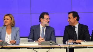 Mariano Rajoy, entre Fernando Martínez Maillo y María Dolores de Cospedal, este lunes en la comité ejecutivo nacional del PP, para analizar los primeros pasos dados tras la aplicación del 155.