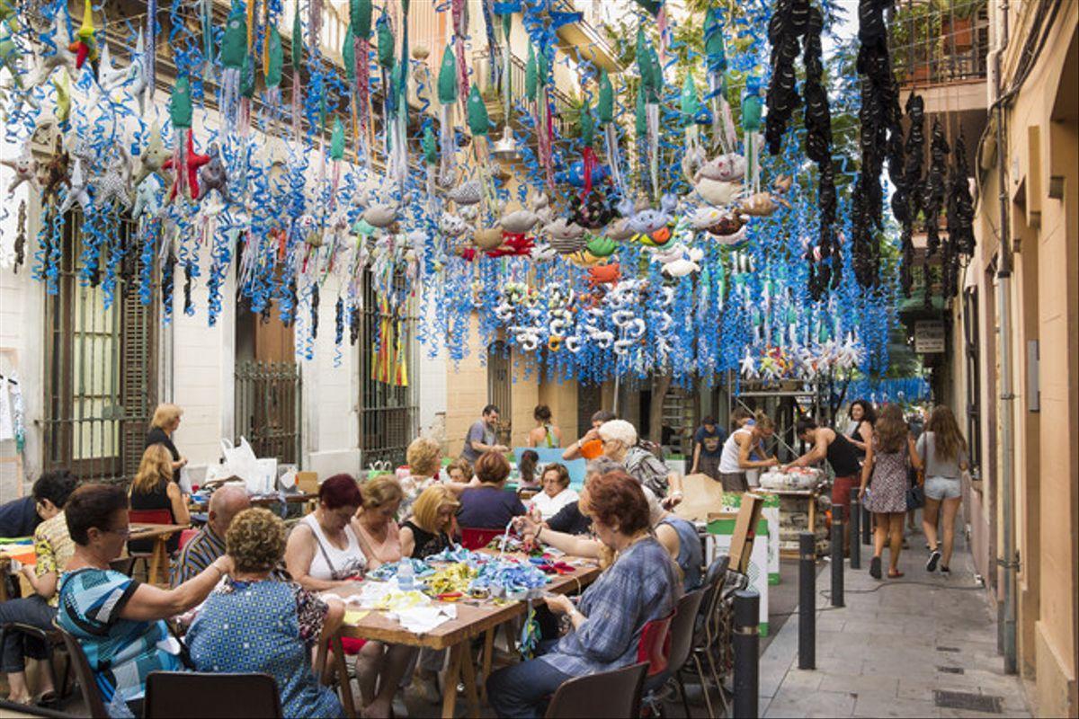 Vecinos de Gràcia preparan las fiestas de agosto del 2014. Todo un ejemplo de asociacionismo.