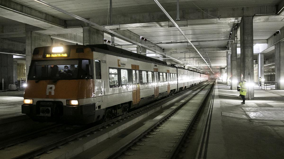 Uno de los primeros trenes de Rodalies que estrenan las vías del interior de la futura estación de la Sagrera, este martes