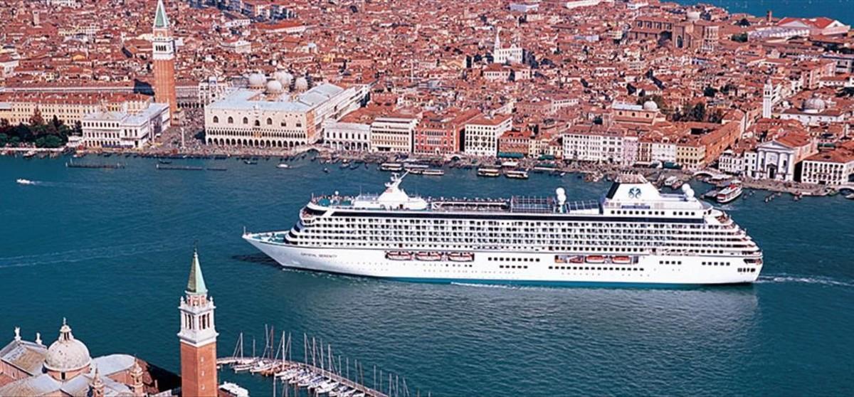 El crucero 'Serenity',de la empresa Crystal Cruises,que este verano realizaráel primer recorrido turistico a través del Paso del Noroeste, en una anterior visita a Venecia.