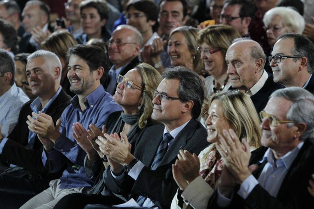 Artur Mas, y su mujer, Xavier Trias y Oriol Pujol, entre otros, en la primera fila, en L'Illa Diagonal.