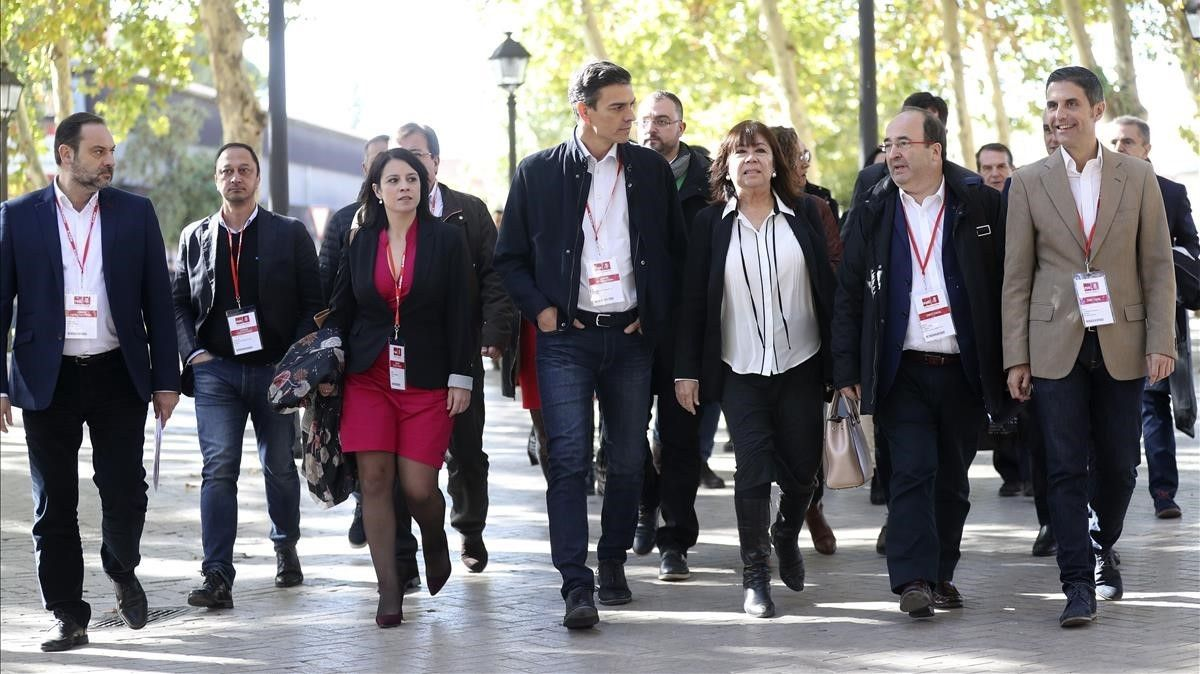 Dirigentes socialistas se dirigen a la reunión del comité federal del sábado en Alcalá de Heneraes.