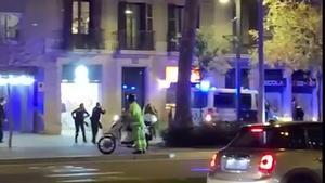 Dos agentes disparan contra un mendigo en el paseo de Sant Joan de Barcelona,