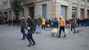 Colas en tiendas del centro de Barcelona el pasado día 2 de enero