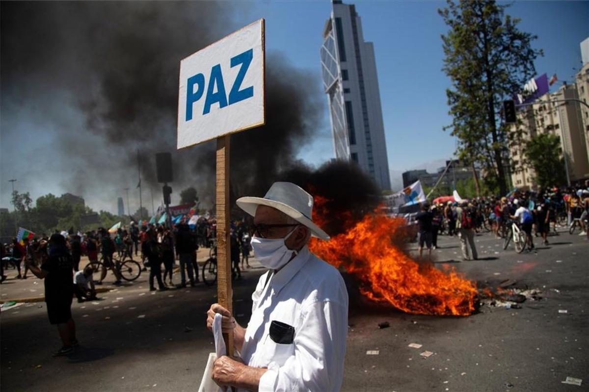 Una persona pide paz en las manifestaciones de Chile.
