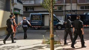 Los agentes se llevan a uno de los detenidos en la macrooperación de La Mina.