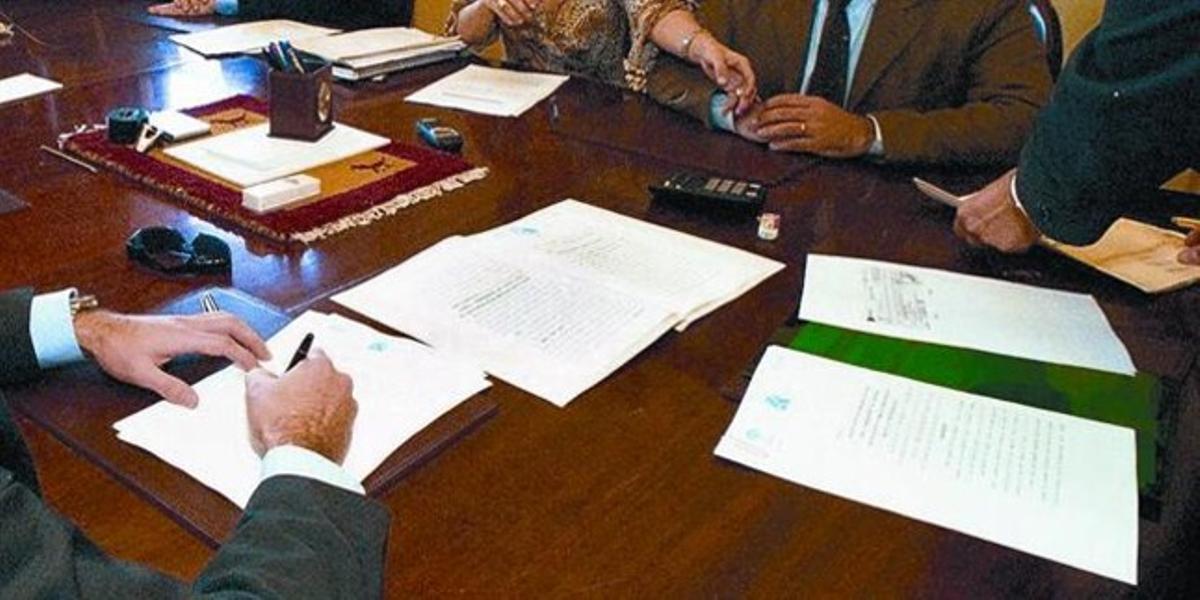 Acto de la firma de una escritura en el despacho de una notaría en Barcelona.