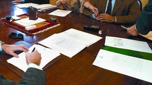 Acte de la firma d'una escriptura al despatx d'una notaria a Barcelona.