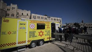 Palestinos esperan ser vacunados en Jerusalén.