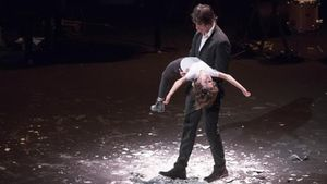 Blai Mateu y su hija Rita, en una escena de 'A tocar!', de la compañía Baró d'Evel, en 2020.