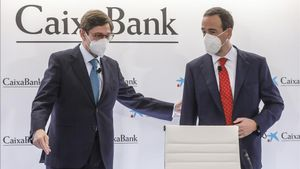 El presidente de CaixaBank, José Ignacio Goirigolzarri (izquierda), y el consejero delegado de la entidad, Gonzalo Gortazar, a su llegada a una rueda de prensa en la Sede social de CaixaBank en Valencia.