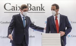 La nueva CaixaBank inicia su andadura al culminar la fusión legal con Bankia. En la rueda de prensa han intervenido José Ignacio Goirigolzarri (izquierda, en la foto) y Gonzalo Gortázar.