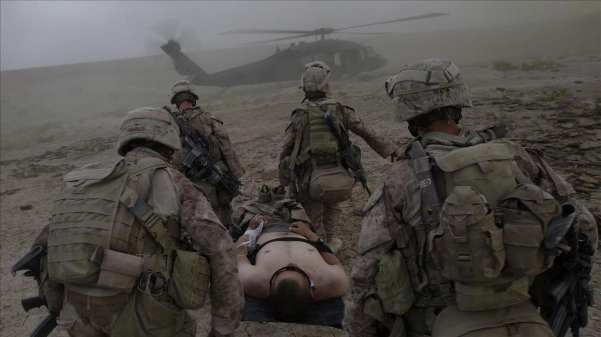 Foto de archivo del 2009 en la que se ve como soldados estadounidenses llevan en camilla hacia un helicópteroa uno de sus compañeros herido enNawa, un distrito de la provincia de Helmand, en Afganistán.