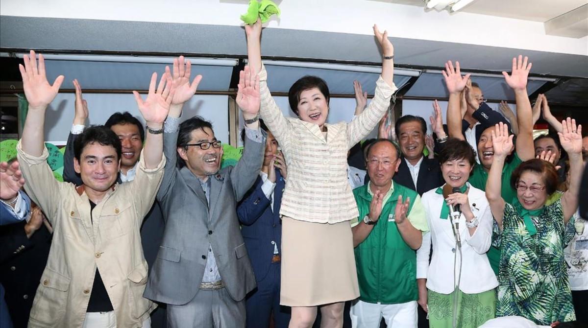 Yuriko Koike celebra su victoria como alcaldesa de Tokio, el domingo 31 de julio.