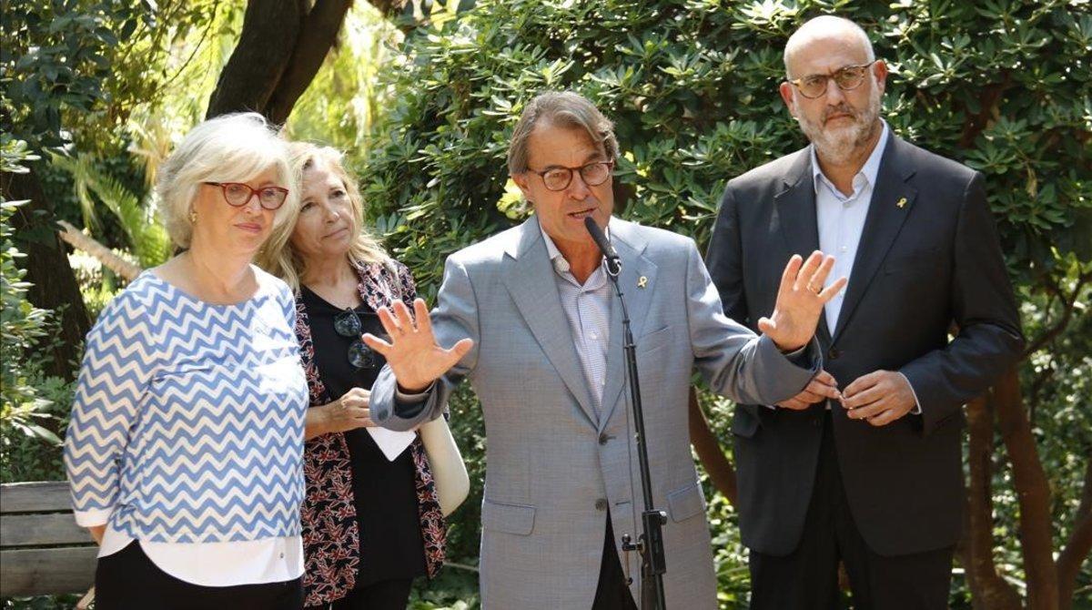 Irene Rigau, Joana Ortega y Artur Mas, en los jardines del Palau Robert, en Barcelona.