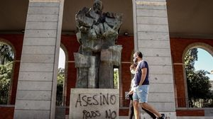 Pintada en la estatua de Largo Caballero