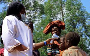 Un médico congoleño toma la temperatura a un niño antes de empezar la campaña de vacunación del ébola en la población de Beni, en el Congo.